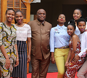 De-fem-på-forsiden-african-agricultural-minister-and-students
